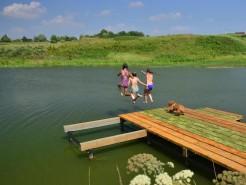 освежиться в водоёме после подвижных игр - наслаждение!)