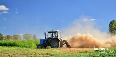 В поле трактор пашет, грядки боронит. Соловьи щебечут, травка шелестит